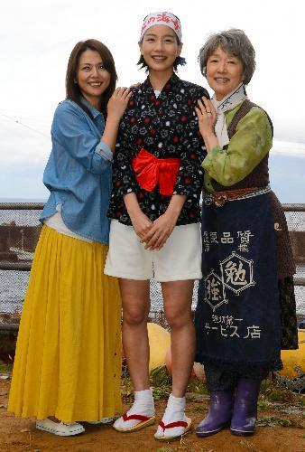 【2012年11月1日】主な出演者。左から小泉今日子さん、能年玲奈さん、宮本信子さん