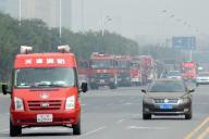 立ち入り禁止となった地域を行き交う消防車両=2015年8月15日、天津市、林望撮影