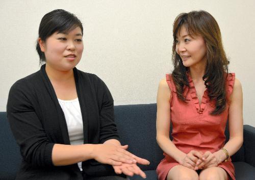 【2013年7月26日】方言指導を担当している菊地伸枝さん(左)と若野裕子さん