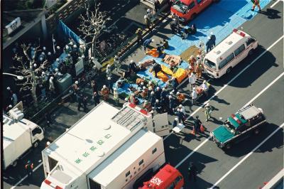 地下鉄サリン事件で、築地駅から地上に運び出され、救急車などに収容される乗客=1995年3月20日