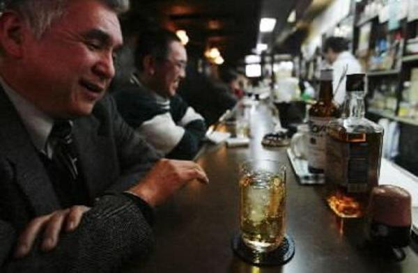 【2004年1月23日】レトロな店内ではウイスキーを注文する客=大阪市淀川区の「十三トリスバー」