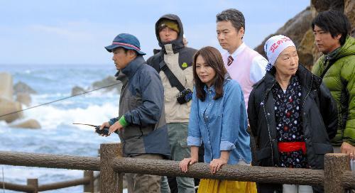 【2012年11月1日】撮影中の小泉今日子さん(中央)ら