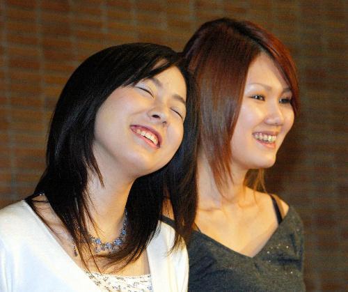 綿矢りささん(左)と金原ひとみさん、第130回芥川賞を受賞=2004年1月15日