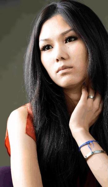 金原ひとみさん、第130回芥川賞を受賞=2011年7月19日