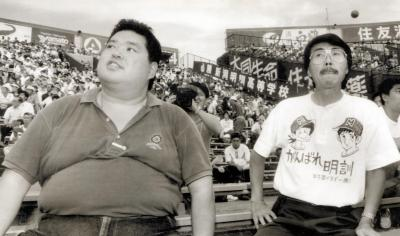 新潟明訓高校を応援する水島新司さん(右)とドカベンの香川さん=1993年8月13日