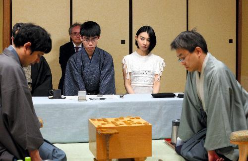朝吹真理子さん、第144回芥川賞=2015年5月21日、将棋名人戦第4局で