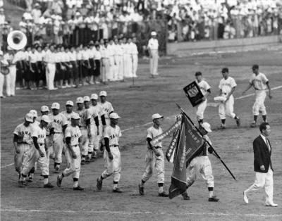 二代目の優勝旗を持つ柳井の選手たち。後につづくのは準優勝の徳島商の選手たち。第40回全国高等学校野球選手権記念大会=1958年8月19日