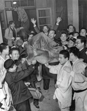 見つかった優勝旗を囲み大喜びの中京商の生徒たち=1955年2月14日