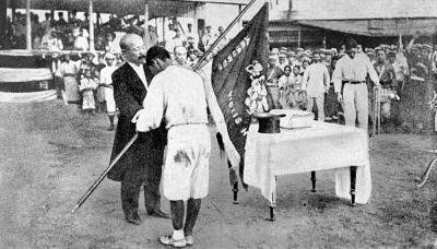 京都二中が優勝した第1回全国中等学校優勝野球大会の表彰式=1915年8月23日
