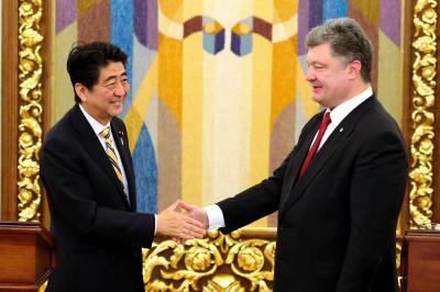 共同記者発表で握手する、ウクライナのポロシェンコ大統領(右)と安倍晋三首相=2015年6月6日