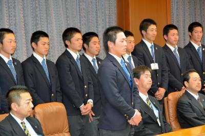 「優勝旗持ち帰る」選抜大会前に、知事を表敬訪問し決意を述べる佐々木主将