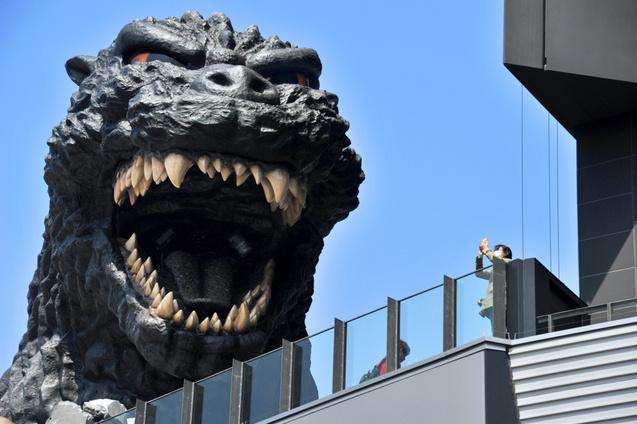 新宿の歌舞伎町に現れた巨大なゴジラの頭部=東京都新宿区歌舞伎町、仙波理撮影