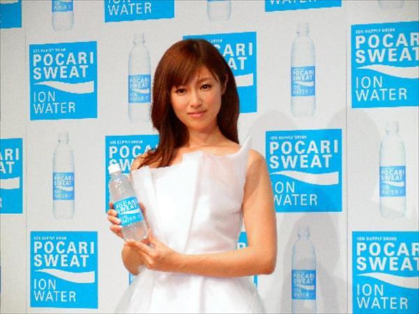 「ポカリスエット イオンウォーター」を手に持つCMキャラクターの深田恭子さん=2013年4月