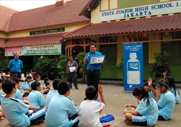 海外でも人気のポカリスエット。ジャカルタ市内の中学校であった、商品説明会=2011年9月