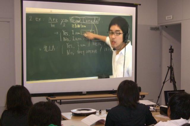 スクリーンに映し出される講師。生徒たちにとってはちょっとした「スター」になるという