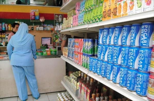 海外でも人気のポカリスエット。ジャカルタ市内の病院の売店に並ぶポカリスエット=2011年9月