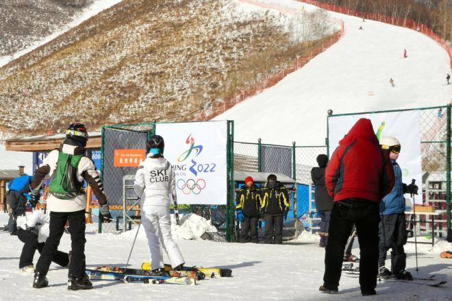 スノーボード競技などの候補地として中国政府が申請した雲頂スキー場には、五輪招致を伝える看板があった=2015年1月17日、河北省張家口市、石田耕一郎撮影