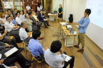 TEPのメンバーの前で、事業を説明するメンバー