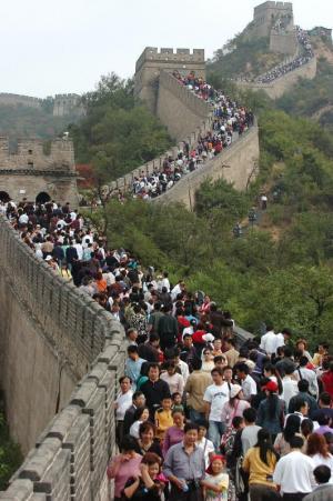 国慶節を迎えた万里の長城は大勢の観光客で埋まった=2005年10月1日、北京市