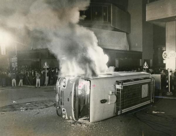 学生運動が激化した1968年、国際反戦デーの夜に中核派学生らデモ隊が国鉄新宿駅構内に乱入。電車や駅施設を破壊、放火した。騒乱罪が適用され、数百人が逮捕された。ベトナム反戦運動として、米軍のジェット燃料用タンク車の通過を阻止するのが目的だった。写真は、国鉄新宿駅近辺で暴れ警視庁の車を焼く学生たち=1968年10月21日