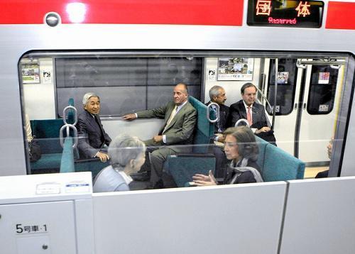 つくばエクスプレスで帰京するスペインのフアン・カルロス国王夫妻と天皇、皇后両陛下=2008年11月12日午後、茨城県つくば市のつくば駅、代表撮影