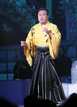 熱唱する細川たかしさん=2005年12月9日