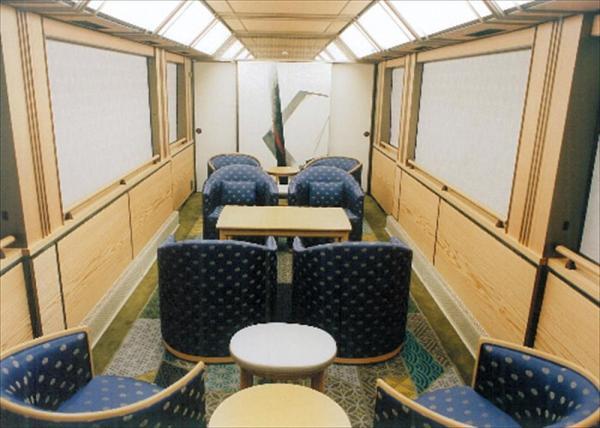 皇族と国賓専用の特別車両の内部。四角いテーブルの奥2席が天皇・皇后両陛下の席になるという=JR東日本提供