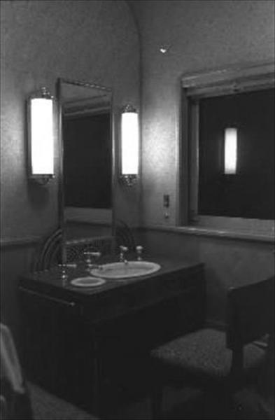 香淳皇后用の御料車2号を改装、皇太子ご夫妻が伊勢神宮に結婚報告に訪れた際に使った車両の化粧室=1959年4月