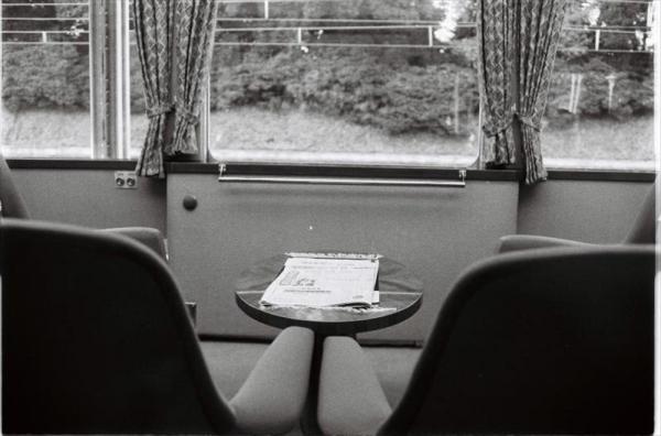 須崎御用邸に向かう昭和天皇、香淳皇后が乗る特別電車内部=1981年12月10日