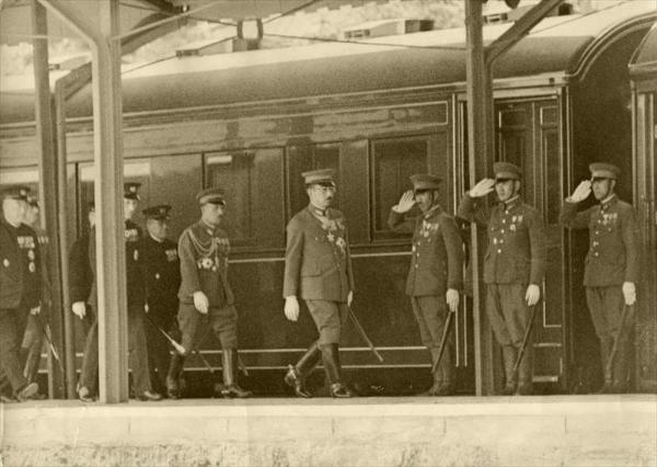 明治天皇陵参拝のため桃山駅に着いた昭和天皇=1940年6月12日