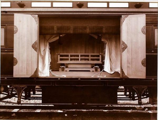 三種の神器の鏡を運ぶための賢所乗御車。車体側面の扉が開き、内部がうかがえる=宮内庁提供