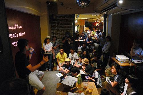 SEALDsのメンバーの話を聴く若者ら=2015年8月12日、鹿児島市東千石町