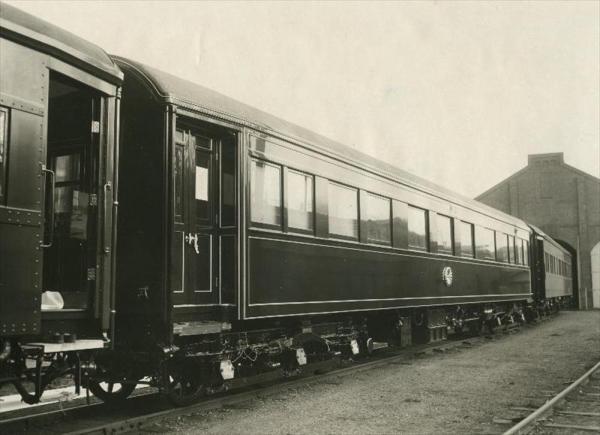 香淳皇后用の御料車2号を改装、皇太子ご夫妻が伊勢神宮に結婚報告に訪れた際に使った車両=1959年4月
