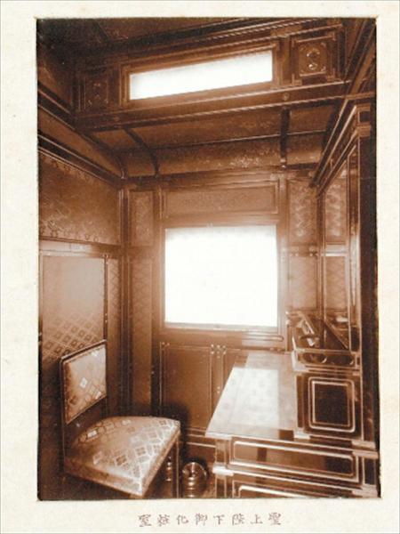 お召し列車内にある天皇用の化粧室。きらびやかなドレッサーがある=宮内庁提供