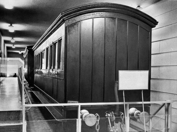 交通博物館においてある「1号御料車」は明治9年(1876年)に神戸の工場で造られ、翌年、京都、神戸間の鉄道開業式に明治天皇が初めて使った=1964年