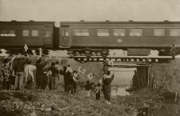 台風による水害被災現場を通る、昭和天皇が乗った列車。村民のために、特に徐行した=1951年11月13日、京都府篠村(現、亀岡市)
