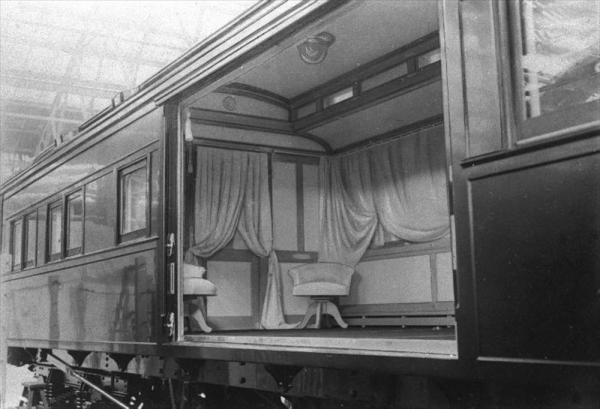 昭和2年2月7日の大正天皇の大喪に向け整備された霊柩列車の内部。新宿御苑仮駅から東浅川駅まで使用=1927年1月22日