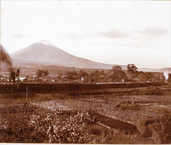 大正天皇の即位式を終え、京都から東京へ帰還するお召し列車。背景に富士山が映る珍しい1枚=宮内庁提供