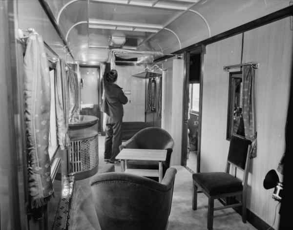 皇太子さまのお召し列車内部=1952年11月6日