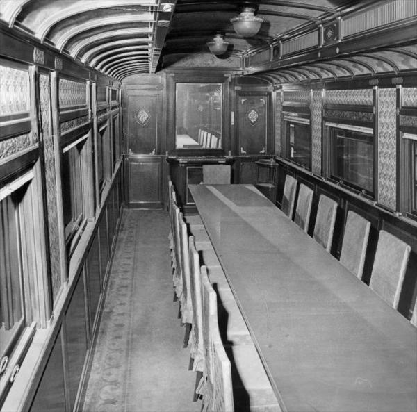 米第8軍司令官アイケルバーガー中将が乗る豪勢な8両編成の特別列車「オクタゴニアン」の編成に使われた第11号御料車。正面中央の鏡は食堂を広く見せるためのもの=1964年6月5日