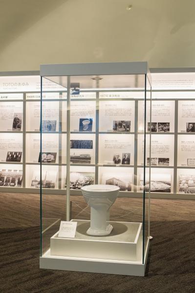 TOTOミュージアムに展示されている国産初の腰掛式水洗便器