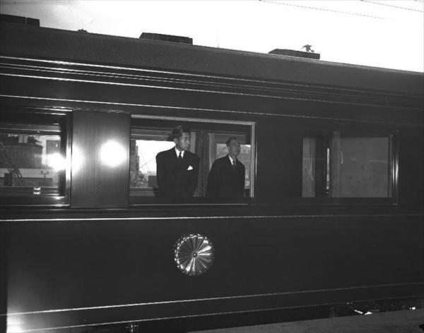伊勢神宮、畝傍山陵などに参拝をするため、特別列車で東京駅を出発した皇太子さま=1953年11月