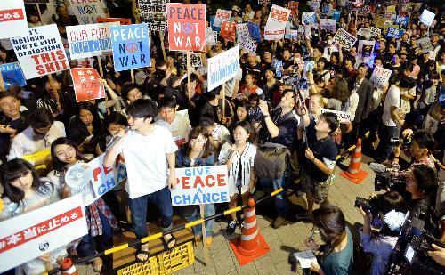 国会前で安保関連法案に反対する大勢の若者たち。「法案の強行採決は許さない」と訴えた=2015年7月10日