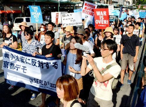 安保関連法案に異を唱える「SEALDs KANSAI」のメンバーら=2015年8月23日 (3)
