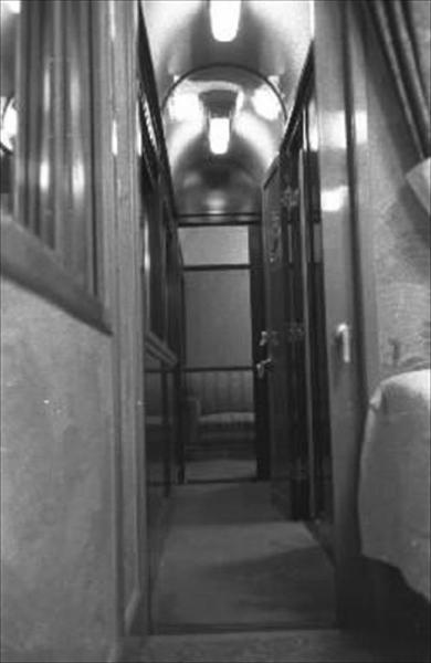 香淳皇后用の御料車2号を改装、皇太子ご夫妻が伊勢神宮に結婚報告に訪れた際に使った車両の御座所に通じる廊下=1959年4月