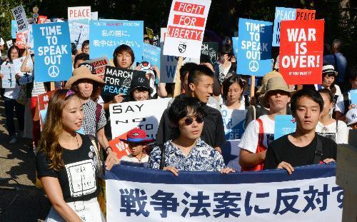 安保関連法案に異を唱える「SEALDs KANSAI」のメンバーら=2015年8月23日