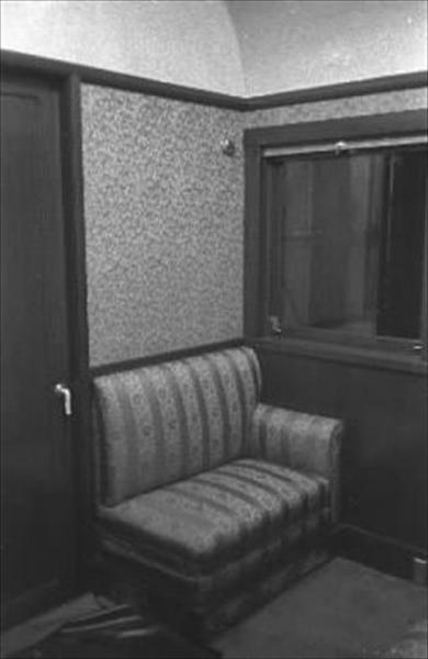 香淳皇后用の御料車2号を改装、皇太子ご夫妻が伊勢神宮に結婚報告に訪れた際に使った車両の女官控室=1959年4月