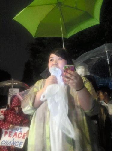 国会前抗議行動でスピーチする東谷いずみさん=2015年6月26日、学生団体「SEALDs」提供