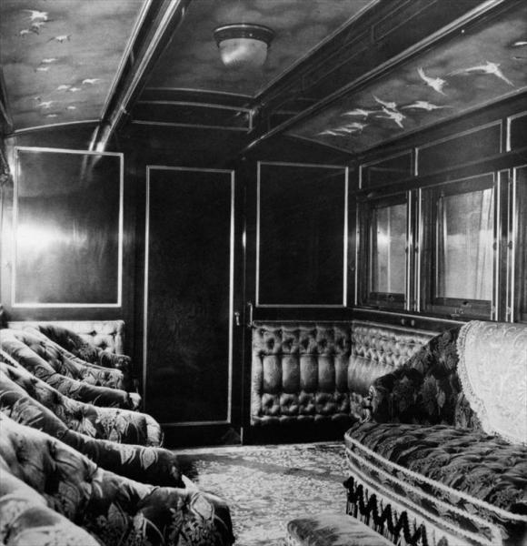 5号御料車の内部。昭憲皇太后の乗用として1902年に鉄道局新橋工場で、初の皇后用車両として製造された=1959年
