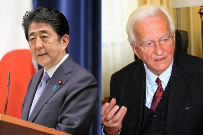 戦後70年談話を発表する安倍晋三首相(左)と、2006年にインタビューに答えるリヒャルト・フォン・ワイツゼッカー元ドイツ大統領